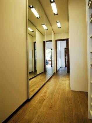 Portas de correr espelhadas ajudam a aumentar a sensação de amplitude nos ambientes