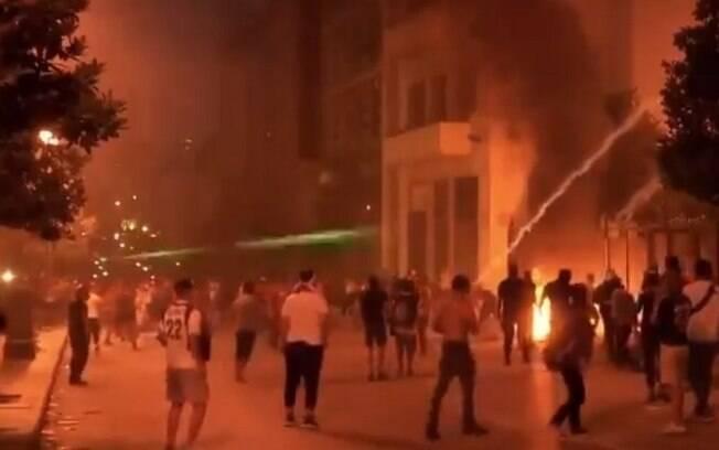 Manifestantes atearam fogo em prédio