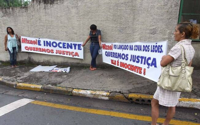 Populares em frente ao Fórum de Guarulhos pedem absolvição de Mizael; júri pode durar cinco dias