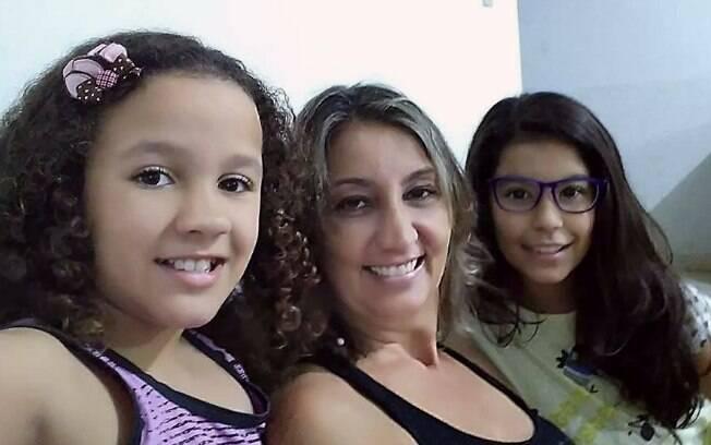 Catarina tem os fios todos enroladinhos e mais volumosos, mas sua mãe, Lilian, e a irmã, Clara, têm os cabelos bem lisinhos