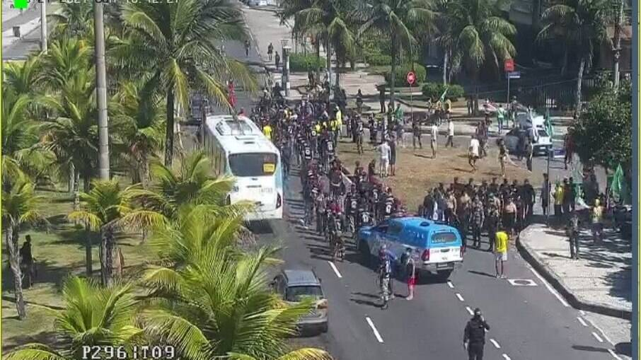 Grupo pró-Bolsonaro faz manifestação e causa aglomeração no Rio de Janeiro
