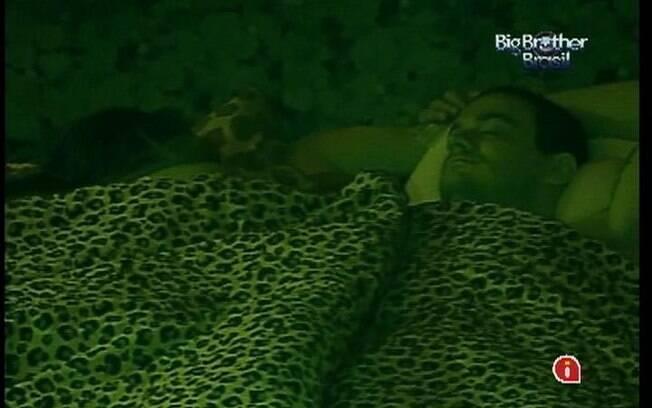 Monique esclarece situação com Rafa, enquanto brother tenta pegar no sono