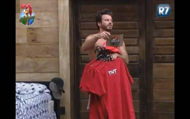 Marlon entrega camisetas aos peões