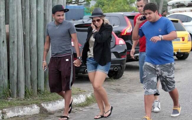 Acompanhado de dois amigos, Dentinho e Dani Souza tentaram ser discretos em sua chegada, mas não conseguiram escapar dos paparazzi