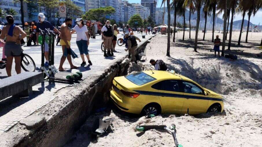 Taxista perde o controle do veículo e vai parar na Praia de Copacabana