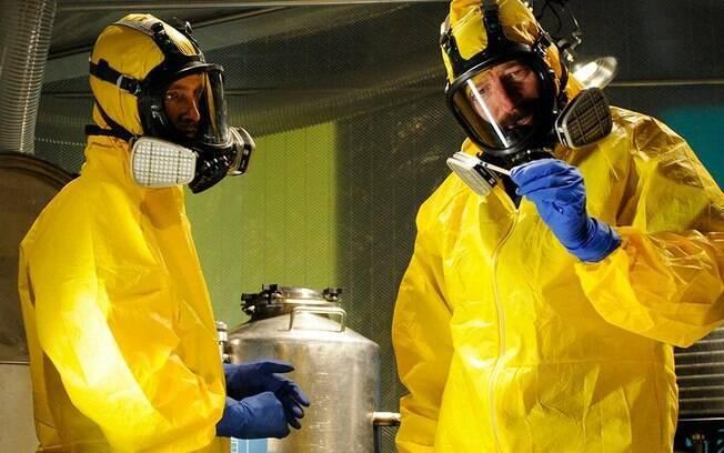 No seriado Breaking Bad, um professor usa seu conhecimento em química para fazer e vender a droga metanfetamina