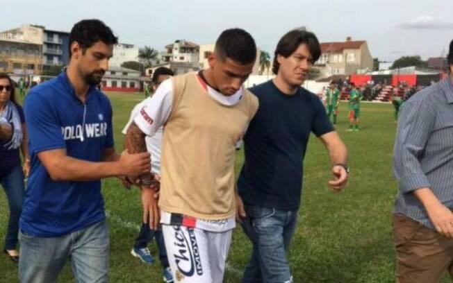 Marlon Natanael de Lima Alexandre, jogador do Sapucaiense, é preso pela Polícia Civil em campo
