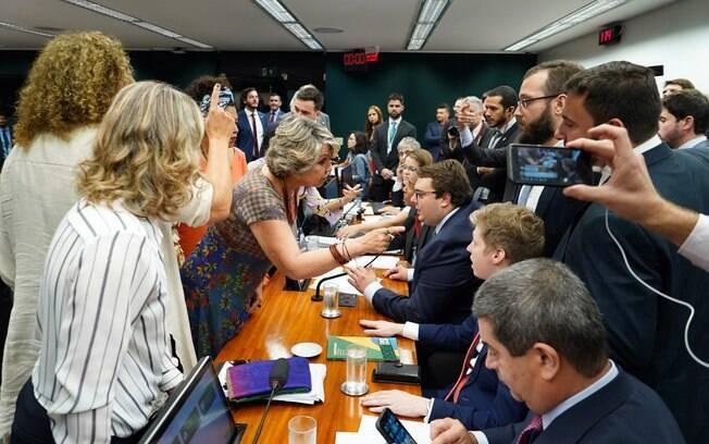 Sessão da CCJ na Câmara sobre a reforma da Previdência foi marcada por confusão e protesto da oposição