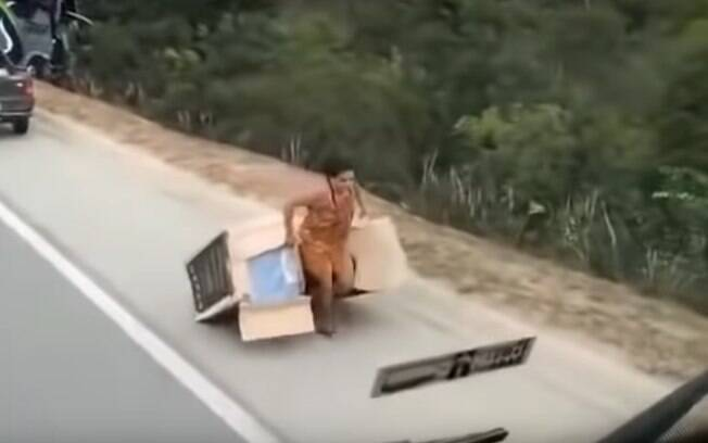 Moradores aproveitaram acidente, no último domingo, para saquear carreta