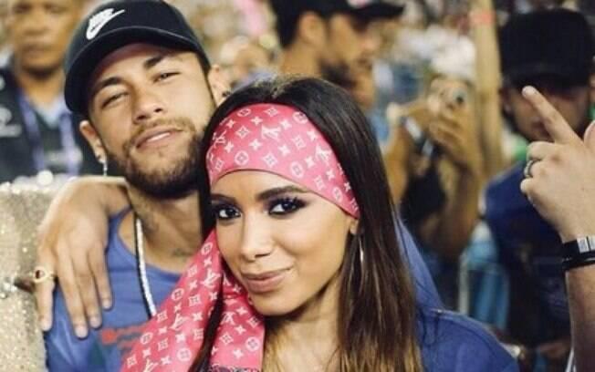 Anitta e Neymar foram flagrados aos beijos no mesmo camarote em que Bruna estava