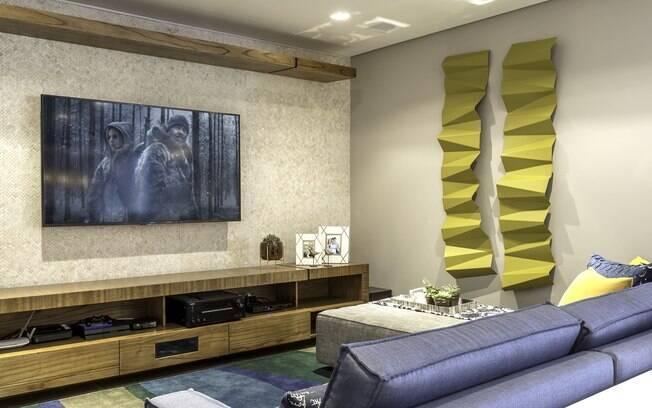 Quando a obra de arte dá o tom para o restante da decoração em uma sala de TV cheia de estilo