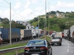 CIDADES - IGARAPE - MG  Protesto de caminhoneiros fecha parte da rodovia Fernao Dias / BR-381 , na Regiao Metropolitana de Belo Horizonte , na manha desta segunda-feira (23) .  FOTO : Moises Silva / O Tempo - 23.02.2015