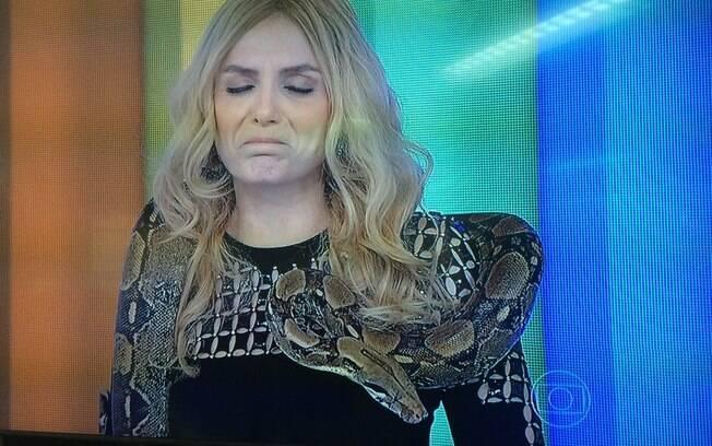 Monica Iozzi apresenta parte do 'Vídeo Show' com uma cobra no pescoço
