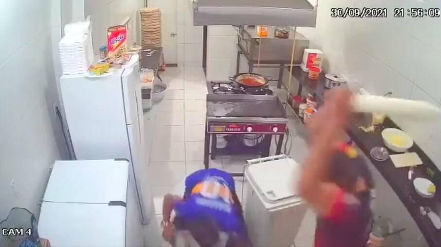 Funcionário reage a assalto com rolo de pizza
