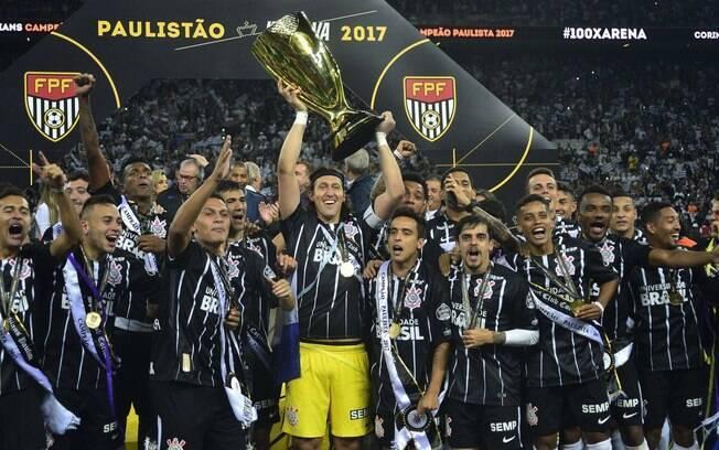 Cássio levanta a taça do 28º título Paulista do Corinthians, o primeiro na Arena