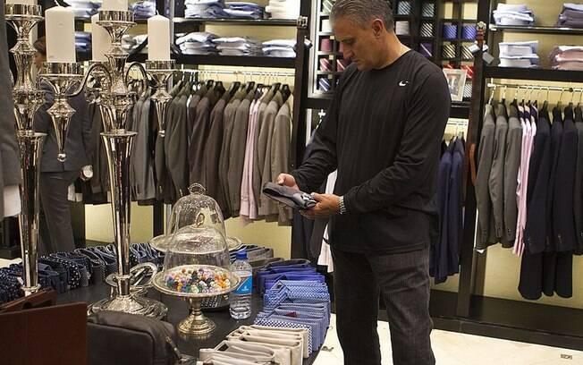 Em Dubai, na primeira etapa da viagem até o  Japão, Tite aproveitou para fazer compras