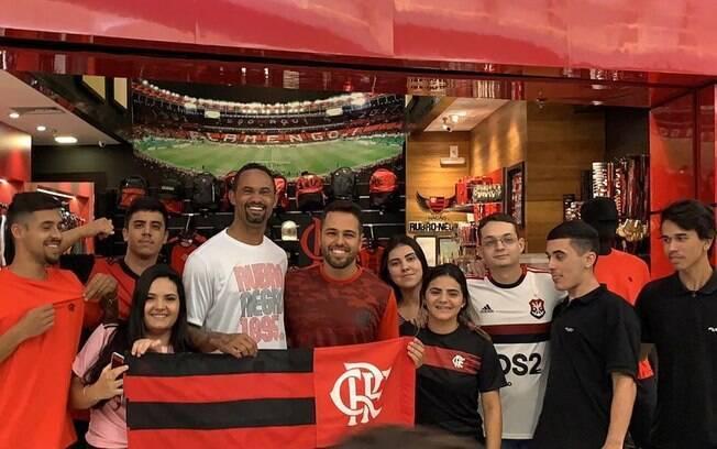 Goleiro Bruno recebe carinho dos torcedores do Flamengo