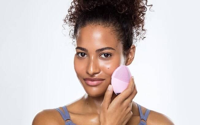 Você pode usar massageador facial com pulsações e rolinhos com pedras para auxiliar o toque ao fazer massagem no rosto