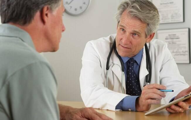 Ao invés de arriscar consumir álcool e medicamentos juntos, converse com seu médico antes de iniciar o tratamento