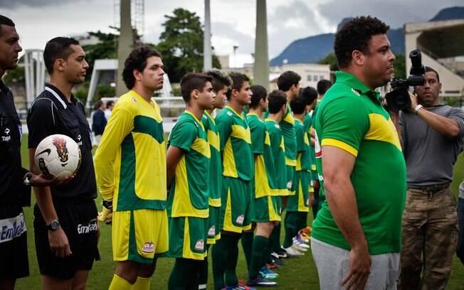 Ronaldo fica perfilado para o hino nacional  ao lado dos escolhidos de promoção