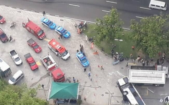Acidente com ônibus mobilizou bombeiros e agentes da Companhia de Engenharia de Trafego do Rio de Janeiro (CET-Rio)