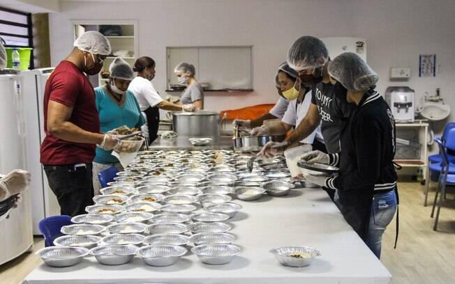 Marmitas sendo preparadas no pavilhão social