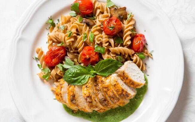 A sugestão da nutricionista é combinar massa com fontes de proteína, como frango, e vegetais e folhas