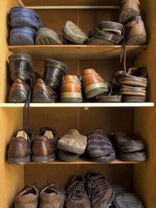 Empilhar os sapatos sem protetores não é recomendado, já que podem ficar deformados
