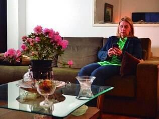 Consulta virtual.  Psicóloga Ilma Queiroga troca informações pelo Whatsapp com ortopedista para tirar dúvidas sobre fratura na perna