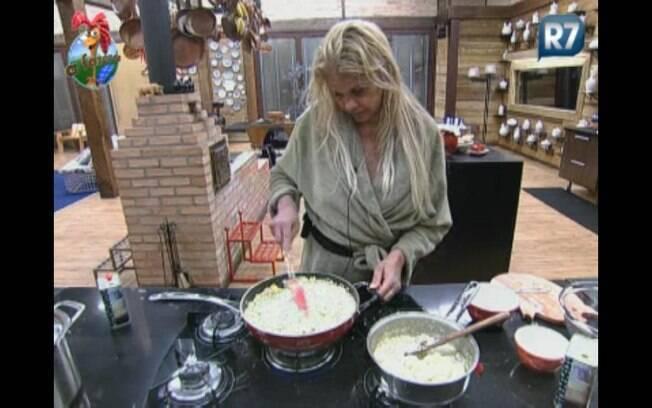 Sozinha na cozinha, Monique prepara a farofa