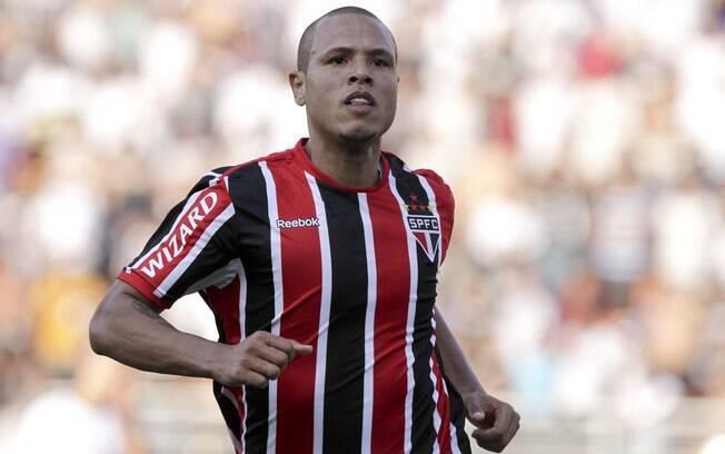 Luis Fabiano marcou os dois gols da vitória  de 2 a 1, pelo primeiro turno do Brasileiro 2012