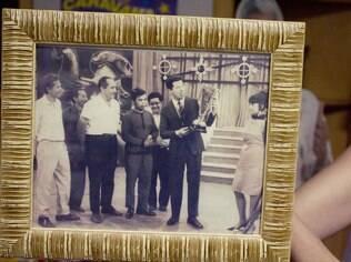 No porta-retrato, foto mostra Roque e Silvio no palco na década de 1950
