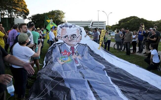 Manifestantes protestaram contra Marco Aurélio Mello em frente ao prédio do STF