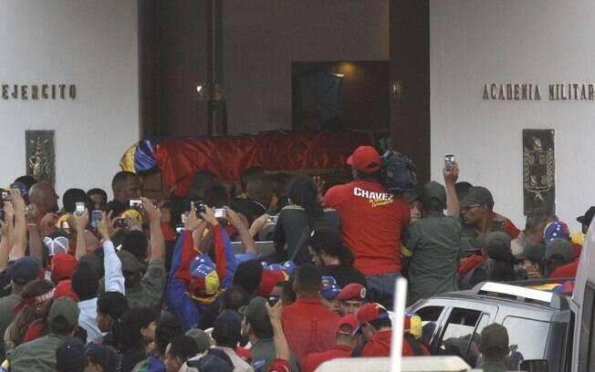 Guarda-costas entram com caixão com corpo de Hugo Chávez na Academia Militar de Caracas, onde será velado até sexta (06/03)