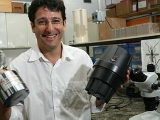 Álvaro Eiras mostra suas invenções: com a MosquiTRAP, é possível identificar quais são as regiões com mais casos de dengue