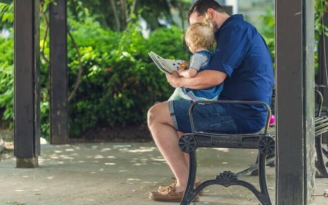 Pai lendo para o filho