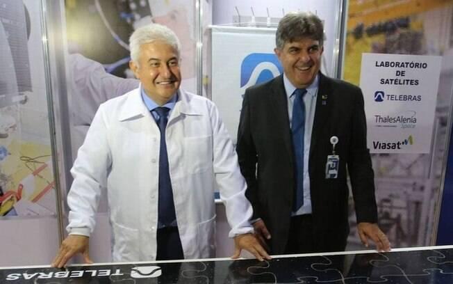 Waldemar Gonçalves Ortunho Junior, que aparece ao lado do ministro Marcos Pontes, é um dos indicados por Bolsonaro