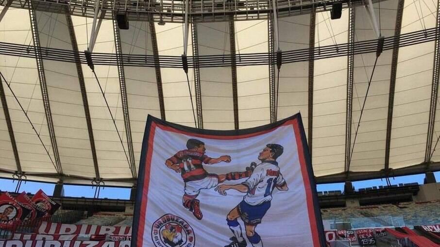 Bandeira em alusão à voadora de Romário contra um jogador do Vélez, em 1995