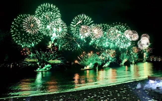 Praia de Copacabana tem tradicional queima de fogos na