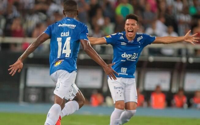 Cacá comemora gol do Cruzeiro contra o Botafogo