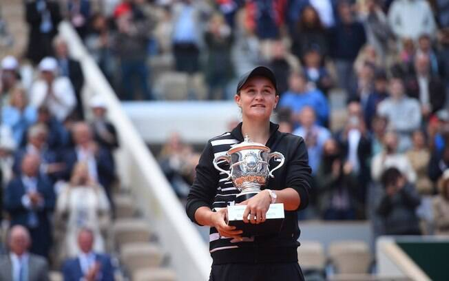 Ashleigh Barty com seu troféu de campeã de Roland Garros 2019