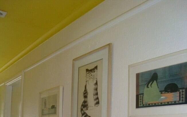 A arquiteta Gabriela Marques elegeu amarelo cor para o corredor. A cor ajuda a alongar o ambiente