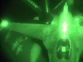 Aeronave, modelo KC-135 Stratotanker, aparece nas imagens carregada por bombas, antes de ataques