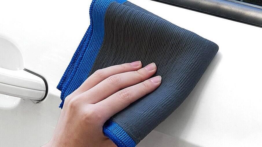 Toalha clay bar da Kers consegue remover até respingos de tinta e verniz da pintura do veículo