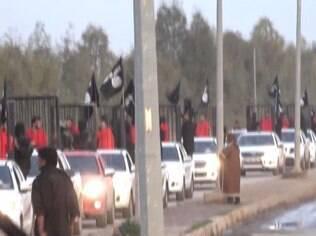 Reféns, provavelmente curdos, engaiolados são exibidos pelas ruas do Iraque por jihadistas do Estado Islâmico