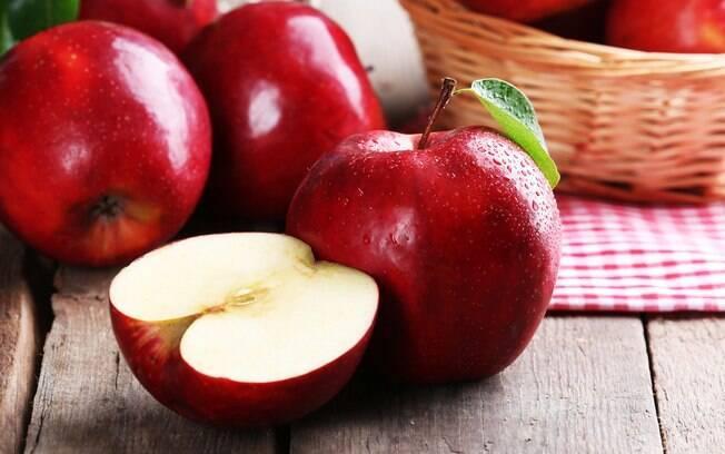 A maçã pode ser adotada na dieta detox, já que tem ação adstringente e ajuda a eliminar as impurezas do corpo