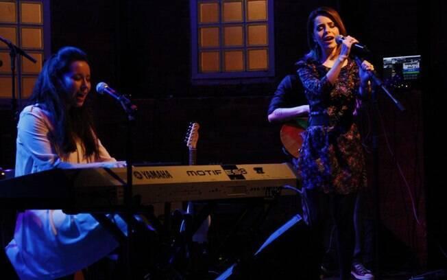 A cantora brasileira acompanhada ao teclado pela colega britânica