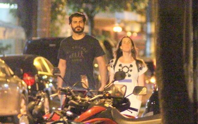 Thiago Lacerda passeia de mãos dadas com a mulher, Vanessa Lóes, nessa quarta-feira (29)