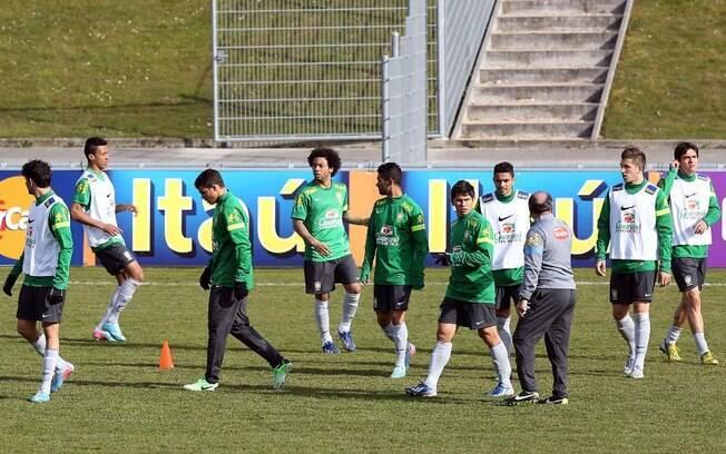 Jogadores da seleção brasileira são  orientados pelo auxiliar técnico Murtosa no treino  desta sexta