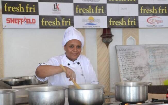 A chef queniana Maliha Mohammed em ação